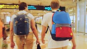 Bangkok, Tajlandia 22 2015 Listopad, pasażery z plecakami na travelator w lotnisku międzynarodowym Zdjęcia Royalty Free