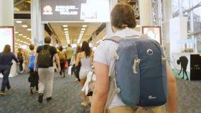 Bangkok, Tajlandia 22 2015 Listopad, pasażery z plecakami na travelator w lotnisku międzynarodowym Obrazy Royalty Free