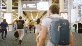 Bangkok, Tajlandia 22 2015 Listopad, pasażery z plecakami na travelator w lotnisku międzynarodowym Zdjęcie Royalty Free