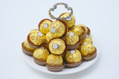 BANGKOK TAJLANDIA, Listopad 15 -, 2017: Pudełko Ferrero Rocher czekolady Od 1982 cukierek składać się z całość piec hazeln Zdjęcia Stock