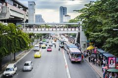 BANGKOK, TAJLANDIA ï ¿ ½ LISTOPAD 23: Ruch drogowy na ruchliwie drodze przed Chatuchak parkiem na Listopadzie 23,2012 w Bangkok,  Obraz Stock