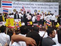 Bangkok, Tajlandia/- 05 26 2010: Ludzie świętują jedność po ogieni Obrazy Stock