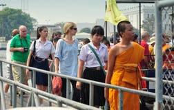 Bangkok, Tajlandia: Ludzie Odjeżdża łódź Obraz Royalty Free