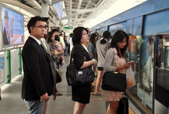 Bangkok, Tajlandia:  Ludzie Wsiada niebo pociąg Zdjęcie Royalty Free