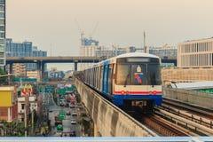 Bangkok Tajlandia, Luty, - 28, 2017: BTS Skytrain na podwyższonym Obrazy Stock