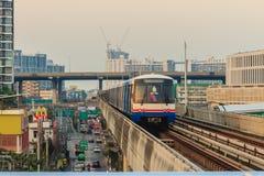Bangkok Tajlandia, Luty, - 28, 2017: BTS Skytrain na podwyższonym Obrazy Royalty Free