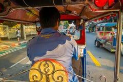 BANGKOK, TAJLANDIA, LUTY 08, 2018: Inside viuew jedzie trójkołowego tuku tuku taxi w drodze wewnątrz niezidentyfikowany mężczyzna Zdjęcia Royalty Free