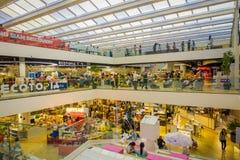 BANGKOK, TAJLANDIA, LUTY 02, 2018: Nad widok niezidentyfikowani ludzie wśrodku Siam Paragon zakupy centrum handlowego w Bangkok Zdjęcie Royalty Free