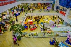 BANGKOK, TAJLANDIA, LUTY 02, 2018: Nad widok niezidentyfikowani ludzie wśrodku Siam Paragon zakupy centrum handlowego w Bangkok Obrazy Stock