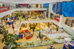 BANGKOK, TAJLANDIA, LUTY 02, 2018: Nad widok niezidentyfikowani ludzie wśrodku Siam Paragon zakupy centrum handlowego w Bangkok Zdjęcia Royalty Free