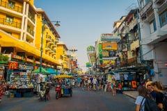 BANGKOK, TAJLANDIA, LUTY 02, 2018: Niezidentyfikowani ludzie chodzi przy Khao San drogą, ten droga są popularni wśród Obrazy Stock
