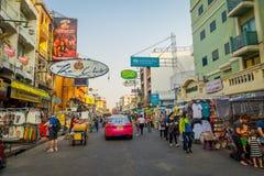 BANGKOK, TAJLANDIA, LUTY 02, 2018: Niezidentyfikowani ludzie chodzi przy Khao San drogą, ten droga są popularni wśród Zdjęcia Royalty Free
