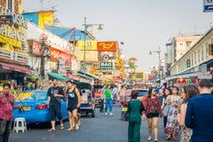 BANGKOK, TAJLANDIA, LUTY 02, 2018: Niezidentyfikowani ludzie chodzi przy Khao San drogą, ten droga są popularni wśród Zdjęcia Stock