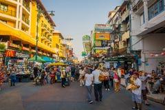 BANGKOK, TAJLANDIA, LUTY 02, 2018: Niezidentyfikowani turyści chodzi przy Khao San drogą, ten droga są popularni wśród Zdjęcie Stock