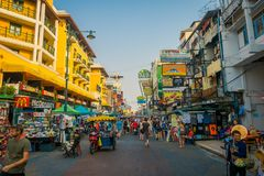BANGKOK, TAJLANDIA, LUTY 02, 2018: Niezidentyfikowani turyści chodzi przy Khao San drogą, ten droga są popularni wśród Obrazy Royalty Free