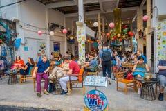 BANGKOK, TAJLANDIA, LUTY 02, 2018: Niezidentyfikowani turyści je w restauraci przy Khao San drogą, ten droga są Obraz Stock
