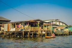 BANGKOK, TAJLANDIA, LUTY 08, 2018: Niezidentyfikowany mężczyzna w łodzi, lokalizować przy spławowym rynkiem Zdjęcie Royalty Free