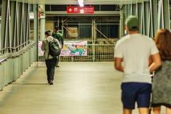 Bangkok Tajlandia, Luty, - 21, 2017: Nocny, ludzie spaceru o Obrazy Royalty Free