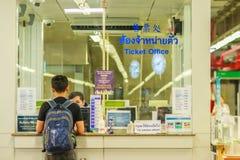Bangkok Tajlandia, Luty, - 21, 2017: Pasażer kupujący bilet Zdjęcia Stock