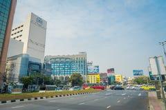 BANGKOK, TAJLANDIA, LUTY 08, 2018: Piękny plenerowy widok Bangkok autostrady ruch drogowy na drodze z pejzażem miejskim w Fotografia Stock