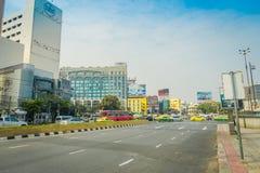 BANGKOK, TAJLANDIA, LUTY 08, 2018: Piękny plenerowy widok Bangkok autostrady ruch drogowy na drodze z pejzażem miejskim w Obrazy Royalty Free