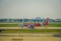 BANGKOK TAJLANDIA, LUTY, - 01, 2018: Piękny plenerowy widok handlowy samolot czekać na brać daleko przy Bangkok Zdjęcie Stock