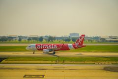 BANGKOK TAJLANDIA, LUTY, - 01, 2018: Piękny plenerowy widok handlowy samolot czekać na brać daleko przy Bangkok Zdjęcia Royalty Free