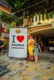 BANGKOK, TAJLANDIA, LUTY 02, 2018: Plenerowy widok niezidentyfikowana kobieta blisko do macdonald zabawki reala rozmiaru blisko d Fotografia Royalty Free