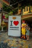 BANGKOK, TAJLANDIA, LUTY 02, 2018: Plenerowy widok niezidentyfikowana kobieta blisko do macdonald zabawki reala rozmiaru blisko d Obrazy Stock