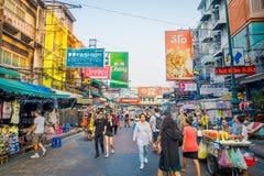 BANGKOK, TAJLANDIA, LUTY 02, 2018: Plenerowy widok niezidentyfikowani ludzie chodzi przy Khao San drogą, ten droga jest popularny Obrazy Stock