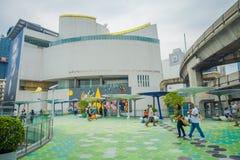 BANGKOK, TAJLANDIA, LUTY 08, 2018: Plenerowy widok niezidentyfikowani ludzie chodzi przy MBK centrum zakupy centrum handlowym w B Obraz Stock