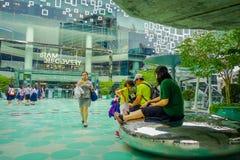 BANGKOK, TAJLANDIA, LUTY 02, 2018: Plenerowy widok niezidentyfikowani turists przy Siam Paragon zakupy centrum handlowym w Bangko Zdjęcia Royalty Free