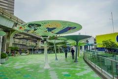 BANGKOK, TAJLANDIA, LUTY 08, 2018: Plenerowy widok niezidentyfikowani turyści chodzi przy MBK centrum zakupy centrum handlowym we Zdjęcie Royalty Free