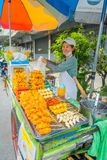 BANGKOK, TAJLANDIA, LUTY 08, 2018: Plenerowy widok niezidentyfikowany kobiety sprzedawania jedzenie w ulicach z ona fura przy Obrazy Stock