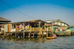BANGKOK, TAJLANDIA, LUTY 08, 2018: Plenerowy widok niezidentyfikowany mężczyzna w łodzi, spławowy rynek w Tajlandia Fotografia Royalty Free