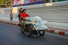 BANGKOK, TAJLANDIA, LUTY 08, 2018: Plenerowy widok niezidentyfikowany mężczyzna w trójkołowym transporcie w drodze w Obraz Royalty Free