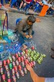 BANGKOK, TAJLANDIA, LUTY 08, 2018: Plenerowy widok przetwarza puszki napoje i buduje trzy niezidentyfikowany mężczyzna Fotografia Royalty Free