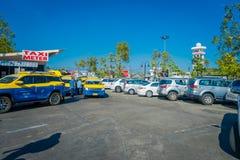 BANGKOK TAJLANDIA, LUTY, - 01, 2018: Plenerowy widok ruchliwie samochodowy parking teren z taxi Chiangmai zawody międzynarodowi Zdjęcie Stock