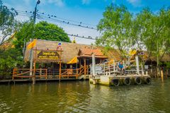 BANGKOK TAJLANDIA, LUTY, - 09, 2018: Plenerowy widok spławowego Targowego oand lokalni ludzie sprzedaje na drewnianej łodzi Obrazy Royalty Free