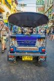 BANGKOK, TAJLANDIA, LUTY 08, 2018: Plenerowy widok trójkołowy tuku tuku taxi w drodze w Khao San terenie, tuk Zdjęcie Stock