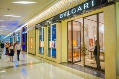 BANGKOK, TAJLANDIA, LUTY 02, 2018: Salowy widok niezidentyfikowani ludzie chodzi blisko do Bvulgari sklepu inside Obrazy Royalty Free