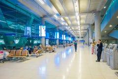 BANGKOK TAJLANDIA, LUTY, - 08, 2018: Salowy widok niezidentyfikowani ludzie czeka wśrodku lotniska przy Suvanaphumi Zdjęcia Stock