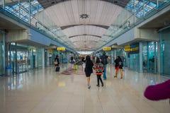 BANGKOK TAJLANDIA, LUTY, - 08, 2018: Salowy widok niezidentyfikowani ludzie czeka wśrodku lotniska przy Suvanaphumi Zdjęcia Royalty Free