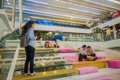 BANGKOK, TAJLANDIA, LUTY 02, 2018: Salowy widok niezidentyfikowani ludzie siedzi w schodkach i używa ich wiszącą ozdobę Zdjęcia Royalty Free