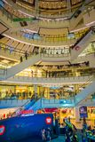 BANGKOK, TAJLANDIA, LUTY 02, 2018: Salowy widok niezidentyfikowani ludzie wśrodku Siam Paragon zakupy centrum handlowego w Bangko Fotografia Royalty Free