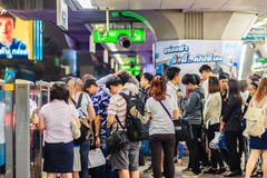 Bangkok Tajlandia, Luty, - 28, 2017: Tłum pasażery na BT Obrazy Royalty Free