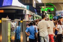 Bangkok Tajlandia, Luty, - 28, 2017: Tłum pasażery na BT Zdjęcia Royalty Free