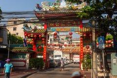 BANGKOK, TAJLANDIA Luty 14, 2019: Tradycyjni Chińskie stylu świątynia, widok od ulicy z azjatykcimi passersby obrazy stock