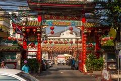 BANGKOK, TAJLANDIA Luty 14, 2019: Tradycyjni Chińskie stylu świątynia, widok od ulicy z azjatykcimi passersby obraz royalty free