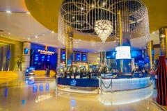 BANGKOK, TAJLANDIA, LUTY 02, 2018: Wspaniały salowy widok Siam Paragon zakupy centrum handlowe Z 16 5.000 i ekranami Zdjęcie Royalty Free